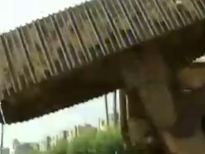 吉林旋挖钻机侧翻砸坏轻轨护栏